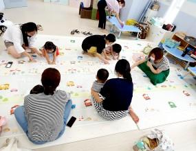 7월 21일 경상남도 육아종합지원센터에서 3세에서 4세  영아들과 '향기가 솔솔' 프로그램을 진행 하였습니다. 다음에도 프로그램이 진행 될 예정이니 많은 관심과 참여 부탁드립니다.